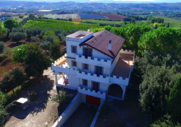COLLECORVINO: VILLA CON VISTA PANORAMICA