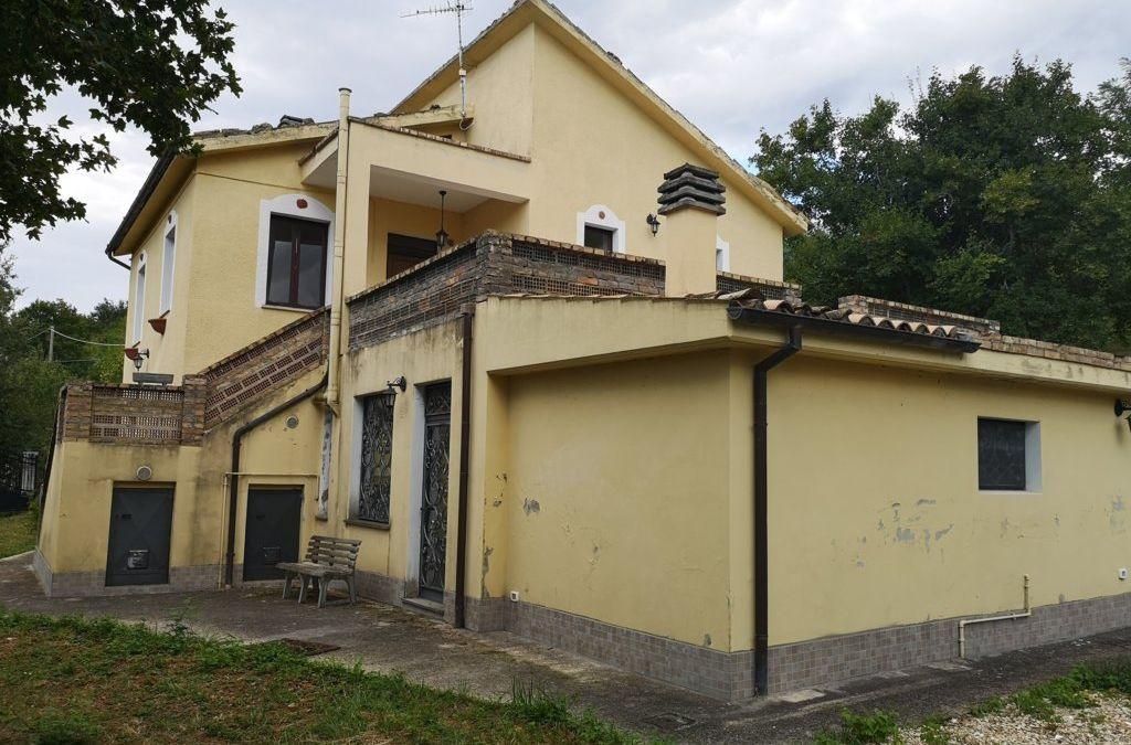 MONTEBELLO DI BERTONA-VILLA CON GIARDINO